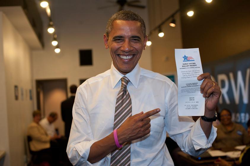 Barack Obama - вижте гривната на дясната му ръка?